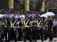 资料图片:2008年10月广东东莞市樟木头镇一家玩具厂的工人在厂门口示威
