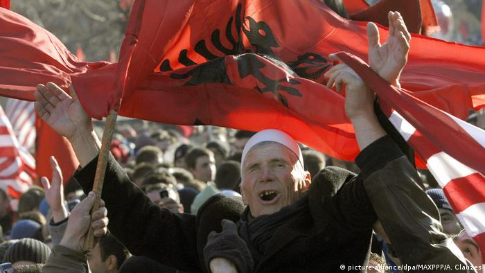 People with flags celebrate Kosovo's independence in 2008 (picture-alliance/dpa/MAXPPP/A. Clauzes)