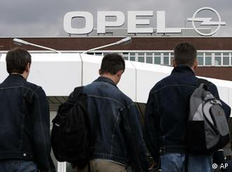 Сотрудники Opel на фоне бохумского завода