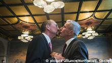 Bodo Mende (R) and Karl Kreile (L) kiss after their wedding ceremony in Schoeneberg town hall in Berlin, Germany on October 1, 2017. The couple is the first one to marry after the entry into force of the new law approved from the Bundestag on June 30, 2017 opening the marriage to homosexual couples. (Photo by Emmanuele Contini/NurPhoto) | Keine Weitergabe an Wiederverkäufer.