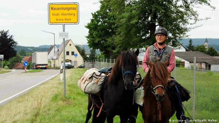 Deutschland Opa holt seine Enkel mit dem Pferd aus der Schule ab