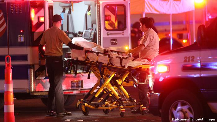 ambulance and stretcher (picture-alliance/AP Images)