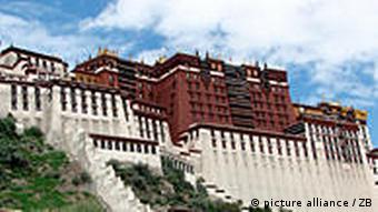 Der Potala Palast auf dem Roten Berg in Lhasa, der Hauptstadt des Autonomen Gebietes Tibet der Volksrepublik China