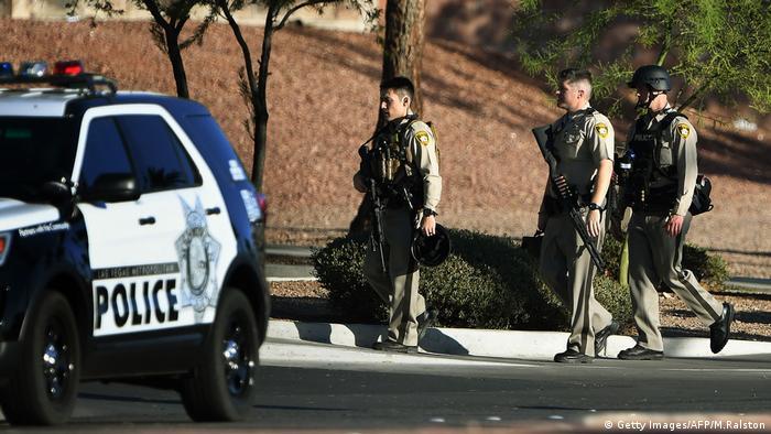 Полицейские у казино Mandalay Bay в центре Лас-Вегаса