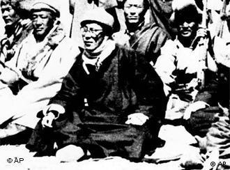 1959 में विद्रोह के बाद दलाई लामा को भारत में शरण लेनी पड़ी. उस समय हिमालय के रास्ते आते दलाई लामा.