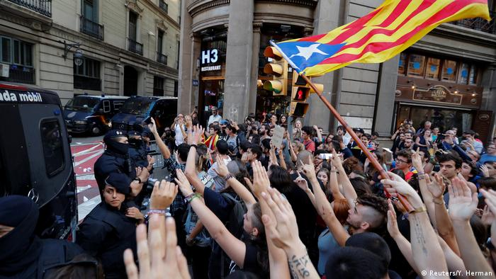 Beamte der Guardia Civil und Demonstranten am 2. Oktober (Reuters/Y. Herman)