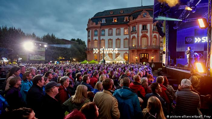 People attend a concert in Mainz as part of celebrations ahead of Day of German Unity (picture-alliance/dpa/T. Frey)