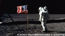 Mond Buzz Aldrin vor US-Flagge (picture-alliance/Photoshot/Neil A. Armstrong)