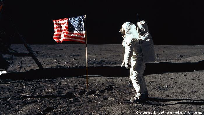 Buzz Aldrin in front of the US-Flag