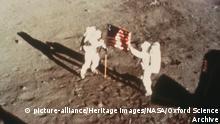 Mond Armstrong und Aldrin mit US-Flagge