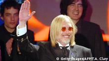 ARCHIV 2002 +++ NEW YORK, UNITED STATES: Inductee Tom Petty waves as he and his band The Heartbreakers receive their award during the 2002 Rock and Roll Hall of Fame induction ceremony at the Waldorf Astoria in New York City 18 March, 2002. AFP PHOTO TIMOTHY A. CLARY (Photo credit should read TIMOTHY A. CLARY/AFP/Getty Images)