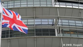 Britische Flagge vor dem Gebäude des Europäischen Parlaments in Straßburg
