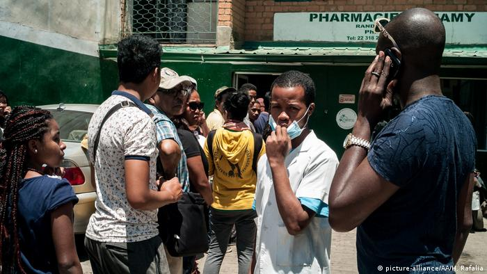 People wait in front of a pharmacy to buy face masks (photo: picture-alliance/AA/H. Rafalia)