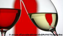Rotwein und Weisswein anstossend, red and white wine