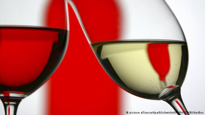 Rotwein und Weisswein anstossend, red and white wine (picture alliance/dpa/blickwinkel/McPHOTO/BilderBox)