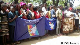 Mozambikaner in Chimoio feiern den Friedenstag (DW/B.Jequete)