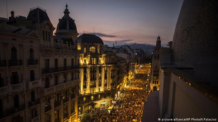 Spanien Katalonien Demonstration (picture-alliance/AP Photo/A.Palacios)