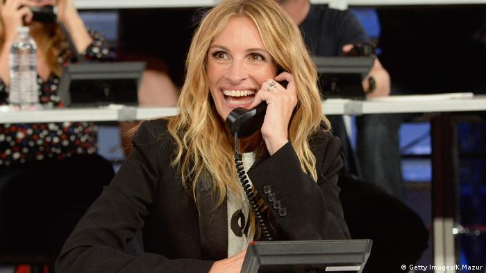 Julia Roberts am Telefon, lacht (Getty Images/K.Mazur)