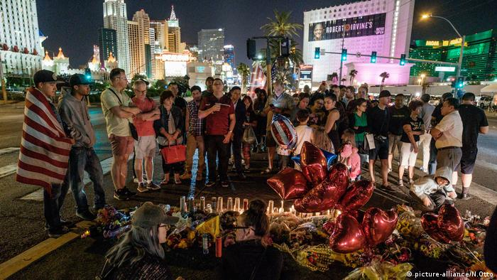 People gather to mourn, light candles and leave items at a makeshift memorial on South Las Vegas Boulevard (picture-alliance/N.Otto)