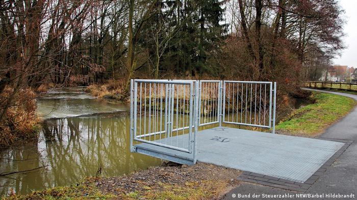 Plataforma de metal ao lado de um riacho em Brakel