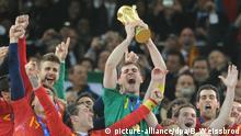 ARCHIV- Iker Casillas (C)of Spain celebrates with the trophy after the 2010 FIFA World Cup final match between the Netherlands and Spain at the Soccer City Stadium in Johannesburg, South Africa 11 July 2010. Photo: Bernd Weissbrod/dpa (zu dpa «WM 2010: Spanien erobert mit «Tiki-Taka» seinen ersten WM-Pokal» vom 03.06.2014) +++(c) dpa - Bildfunk+++ | Verwendung weltweit