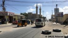 neu gebaute Straße durch Mogadischu mit neuer Moschee am Straßenrand DW-Schwerpunktwoche Wurzeln des Hungers DW, Sandra Petersmann