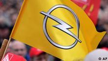 **FILE**Eine Opelfahne ist inmitten der Tausendev von Mitarbeiter von Opel aus Ruesselsheim und Bochum zu sehen, die am 26. Februar 2009, an einer Kundgebung vor der Opel-Zentrale in Ruesselsheim teilnehmen. In die Bemuehungen des angeschlagenen Autobauers Opel um Staatshilfe kommt Bewegung. Am Freitag 6. Maerz 2009 trifft sich Aufsichtsratschef Carl-Peter Forster erneut mit Wirtschaftsminister Karl-Theodor zu Guttenberg. An dem Treffen nimmt auch Kanzleramtschef Thomas de Maiziere teil. Die Spitzen der Grossen Koalition bekundeten am Donnerstag erneut Hilfsbereitschaft, nannten aber zugleich das vorgelegte Sanierungskonzept unzureichend. Opel dementierte Berichte, wonach der Abbau von 7.600 Arbeitsplaetzen in Deutschland geplant ist. (AP Photo/Daniel Roland) (AP Photo/Daniel Roland)