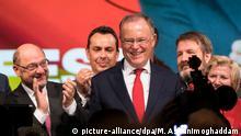 Der SPD-Parteivorsitzende MartinSchulz (4.v.r.) und der niedersächsische Ministerpräsident Stephan Weil (M, SPD) stehen am 04.10.2017 in Cuxhaven (Niedersachsen) auf einer Wahlkampfveranstaltung der niedersächsischen SPD. Rund eineinhalb Wochen vor der Landtagswahl in Niedersachsen hat SPD-Chef Schulz die Einigkeit seiner Partei betont. Foto: Mohssen Assanimoghaddam/dpa | Verwendung weltweit