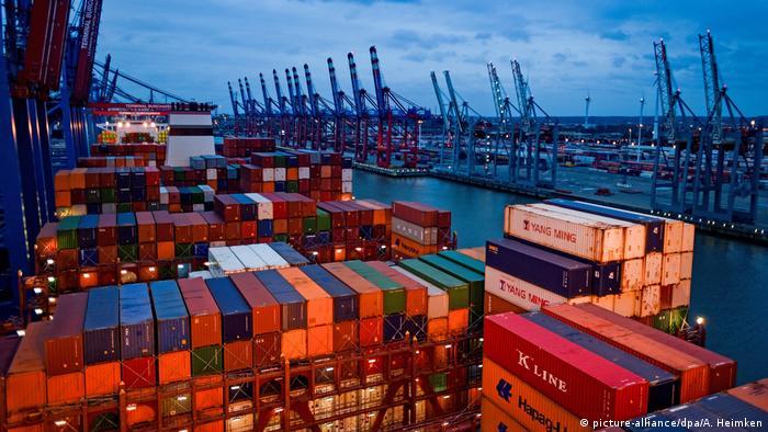 Hamburg Container auf der «Barzan» von Hapag Lloyd (picture-alliance/dpa/A. Heimken)