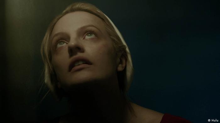 Elisabeth Moss interpretou Offred na série inspirado no livro