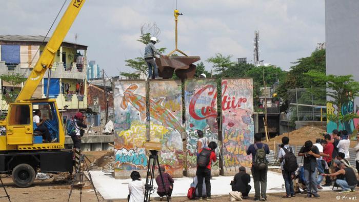 Teguh Ostenrik indonesischer Künstler Installation Berliner Mauer in Jakarta (Privat)