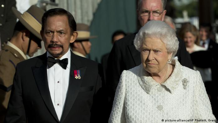 UK Brunei Sultan Hassanal Bolkiah und Königin Elizabeth II in London (picture-alliance/AP Photo/A. Grant)