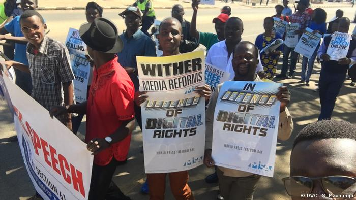 Journalists in Zimbabwe cover a protest of members of the opposition (DW/C. S. Mavhunga)