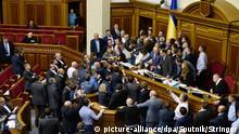 3206723 10/05/2017 Deputies at the meeting of Ukraine's Verkhovna Rada in Kiev. Stringer/Sputnik Foto: Stringer/Sputnik/dpa |