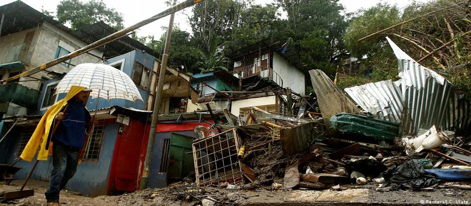 Em San José, capital da Costa Rica, homem observa residências destruídas pela tempestade tropical Nate