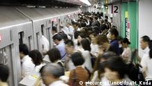 Japan Rush Hour in Tokio (picture-alliance/dpa/H. Koda)