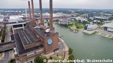 23.08.2016 ARCHIV- Die Luftaufnahme vom 23.08.2016 zeigt das VW-Werk mit dem Heizkraftwerk und der Autostadt (r) in Wolfsburg (Niedersachsen). (Zu dpa VW-Aufpasser: Nicht alle Entscheidungen laufen über meinen Tisch) Foto: Julian Stratenschulte/dpa +++(c) dpa - Bildfunk+++ | Verwendung weltweit