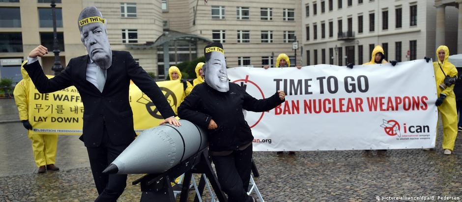 Ativistas do Ican durante protesto diante da Embaixada Americana em Berlim