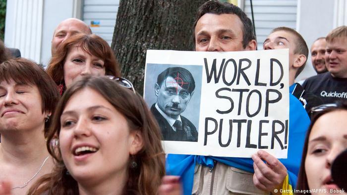 Bildergalerie Putin wird 65 Protest in der Ukraine Hitler Vergleich (Getty Images/AFP/S. Bobok)