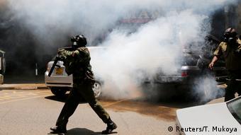 Un policía lanza gases para dispersar a miembros de la oposición que protestaban en Nairobi. (2.10.2017).