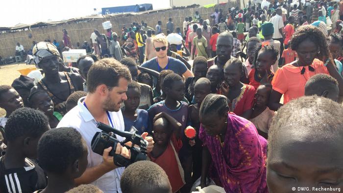 Reporter DW-a Jan-Philipp Scholz (s kamerom) među migrantima u Africi