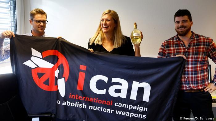 جایزه نوبل صلح سال ۲۰۱۷ به کمپین بینالمللی برای نابودی سلاحهای هستهای (ican) به دلیل تلاشهای این گروه برای از بین بردن سلاحهای هستهای داده شد. این کمپین در سال ۲۰۰۷ در حاشیه کنفرانس بازبینی قرارداد منع گسترش سلاحهای هستهای و با محوریت گروه پزشکان علیه سلاحهای هستهای شکل گرفت و در حال حاضر ۴۵۰ گروه و سازمان مخالف سلاح هستهای از ۱۰۰ کشور را در برمیگیرد.