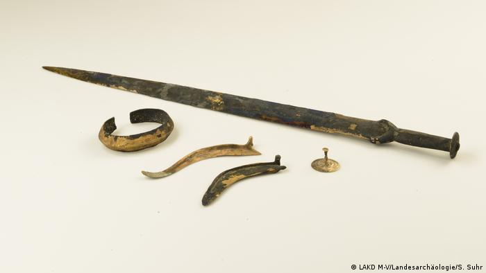 A sword, a bracelet, a tutulus, and two sickles from the Tollense River Valley (Photo: LAKD M-V/Landesarchäologie/S. Suhr)