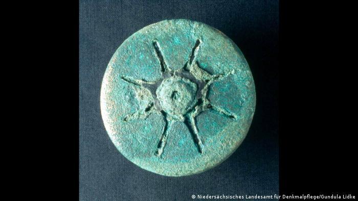 A turquoise-colored belt purse (Photo: Niedersächsisches Landesamt für Denkmalpflege/Gundula Lidke)