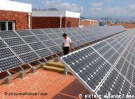 安装在青岛中国首座太阳能学校屋顶上的太阳能模块