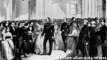 Wilhelm I., Silberne Hochzeit 1854 /Ill. Wilhelm I., Koenig v.Preussen (ab 1861) u. Deutscher Kaiser (ab 1871), 1797-1888. - Die Beglueckwuenschung durch die Depu- tationen. (Schloss Babelsberg, 11. Juni 1854; Feier der Silbernen Hochzeit des Prinzenpaares Wilhelm u. Augusta). - Holzstich. Aus: Illustrirte Zeitung, 23.Bd., Leipzig (J.J.Weber) Nr.574, 1. Juli 1854, S.4. Berlin, Slg.Archiv f.Kunst & Geschichte. |