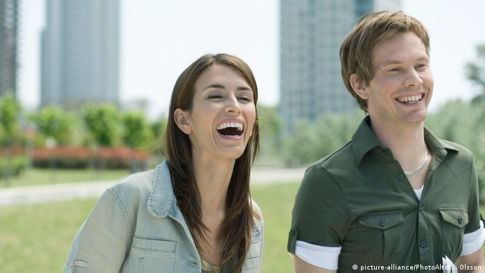 Junge Frau und junger Mann lachen