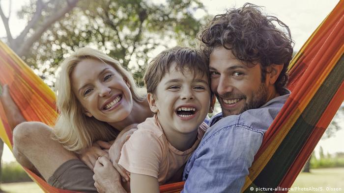 Mann, Frau und Kind in einer Hängematte