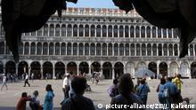 ***Archivbild*** Die Alten Prokuratien am Markusplatz in Venedig, aufgenommen am 07.09.2012. Foto: Jens Kalaene dpa | Verwendung weltweit