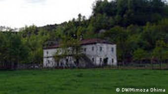 Das Gelbe Haus in dem Dorf Gurre, nahe Burrel im Norden Albaniens, beschrieben im Buch Hunt von Carla del Ponte